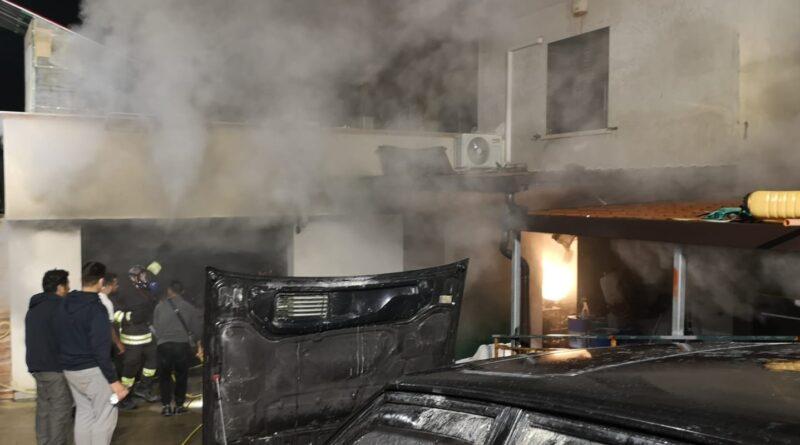 SESSA A. / CELLOLE – Tragedia sfiorata, scoppia incendio al deposito di macchine agricole sull'Appia
